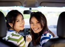 lyckliga bilflickor Royaltyfri Bild