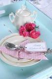 Lyckliga blått för aqua för moderdag frukosterar upp inställningen för magasinet för morgontetappning den retro sjaskiga chic - v Royaltyfri Foto