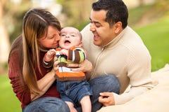 lyckliga blandade föräldrar leka den deras racesonen arkivbilder