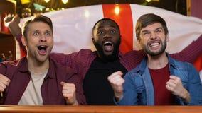 Lyckliga blandras- fans med den engelska flaggan som jublar nationell seger f?r sportlag stock video