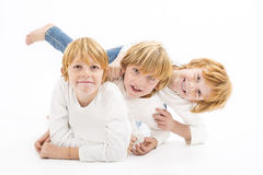 Lyckliga bröder på vit bakgrund Royaltyfri Fotografi