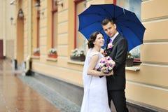 Lyckliga brölloppar - utomhus- brud- och brudgumstående Arkivfoto