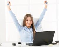 Lyckliga Bussineswoman i Front Of Laptop Fotografering för Bildbyråer