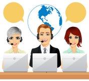 Lyckliga call centermedel som talar på hörlurar med mikrofon genom att använda bärbara datorer stock illustrationer