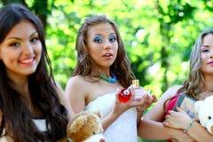 lyckliga caucasian flickor tillsammans Royaltyfri Fotografi