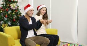 Lyckliga Caucasian par i röd jultomtenhatt stock video