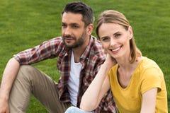 lyckliga caucasian par som tillsammans spenderar tid och att koppla av arkivbild