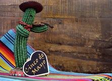 Lyckliga Cinco de Mayo, 5th Maj, partiberöm med med den roliga mexicanska kaktuns och svart tavlatecknet Royaltyfri Bild
