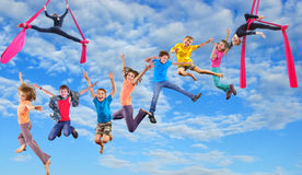 Lyckliga dansbanhoppningbarn i himmel Royaltyfria Bilder