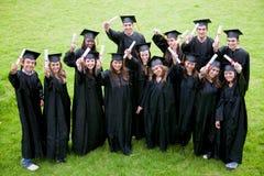 lyckliga deltagare för avläggande av examen Arkivbild