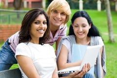 lyckliga deltagare för högskola Royaltyfri Bild