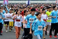 Lyckliga deltagare i internationell maraton i Xiamen, Kina, 2014 Arkivfoto