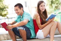 Lyckliga deltagare med böcker royaltyfria bilder
