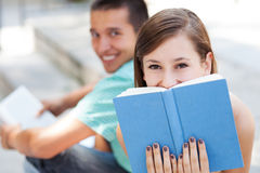 Lyckliga deltagare med böcker Arkivbild