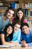 lyckliga deltagare som tillsammans studerar Royaltyfri Foto