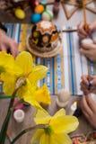 lyckliga easter Ägg för en grupp människormålningpåsk på trätabellen Lycklig familj som förbereder sig för påsk process av Royaltyfria Bilder