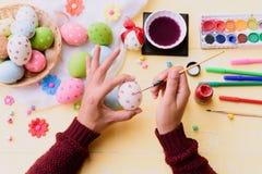 Lyckliga easter! Ägg för en påsk för kvinnahandmålning Royaltyfria Foton
