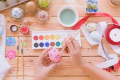 Lyckliga easter! Ägg för en påsk för kvinnahandmålning Fotografering för Bildbyråer