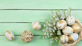 lyckliga easter Ägg på trätabellbakgrund Bollar krans som vävas från vinrankorna Kopiera utrymme för text överkant Arkivbild