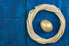 lyckliga easter Ägg på trätabellbakgrund Bollar krans som vävas från vinrankorna Kopiera utrymme för text överkant Royaltyfria Bilder