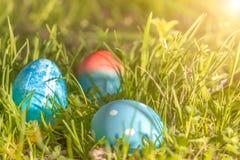 Lyckliga easter, blåa organiska easter ägg, easter feriegarneringar, easter begreppsbakgrunder med kopieringsutrymme Arkivbild