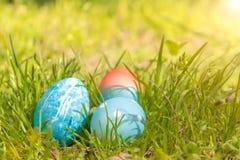 Lyckliga easter, blåa organiska easter ägg, easter feriegarneringar, easter begreppsbakgrunder med kopieringsutrymme Arkivfoton