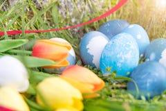 Lyckliga easter, blåa organiska easter ägg, easter feriegarneringar, easter begreppsbakgrunder med kopieringsutrymme Royaltyfri Fotografi