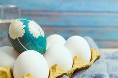 Lyckliga easter, det organiska blåa anseendet för det easter ägget på de vita färgäggen väntar på målning, easter feriegarneringa Fotografering för Bildbyråer