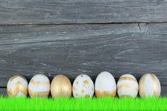 lyckliga easter färgrika easter ägg gräs green Arkivfoton