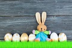 lyckliga easter Färgrika easter ägg och kanin på grönt gräs Arkivfoto