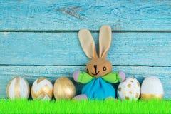lyckliga easter Färgrika easter ägg och kanin på grönt gräs Royaltyfri Foto