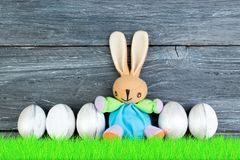 lyckliga easter Färgrika easter ägg och kanin på grönt gräs Royaltyfri Fotografi