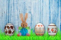 lyckliga easter Färgrika easter ägg och kanin på grönt gräs Royaltyfria Foton