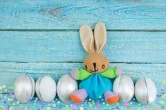 lyckliga easter Färgrika easter ägg och kanin på träbakgrund Royaltyfri Fotografi
