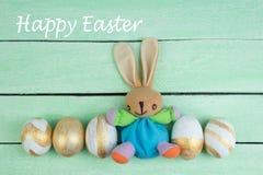 lyckliga easter Färgrika easter ägg och kanin på träbakgrund Royaltyfri Foto