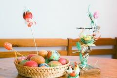 lyckliga easter färgrika easter för korg ägg Arkivfoton