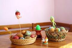 lyckliga easter färgrika easter för korg ägg Royaltyfri Bild