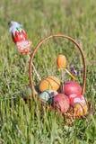 lyckliga easter färgrika easter för korg ägg Fotografering för Bildbyråer