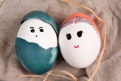 Lyckliga easter, gullig pojke och organiska easter för flicka ägg, easter feriegarneringar, easter begreppsbakgrunder Arkivfoton