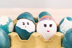 Lyckliga easter, gullig pojke och organiska easter för flicka ägg, easter feriegarneringar, easter begreppsbakgrunder Arkivbilder