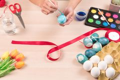 Lyckliga easter, kvinnor målar de easter äggen för ferie för easter dagfestival, easter begreppsbakgrunder med kopieringsutrymme Royaltyfri Fotografi