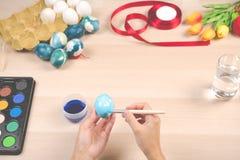 Lyckliga easter, kvinnor målar de easter äggen för ferie för easter dagfestival, easter begreppsbakgrunder med kopieringsutrymme Royaltyfri Bild