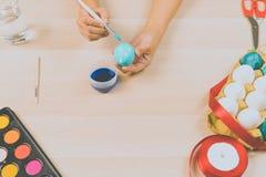 Lyckliga easter, kvinnor målar de easter äggen för ferie för easter dagfestival, easter begreppsbakgrunder med kopieringsutrymme Fotografering för Bildbyråer