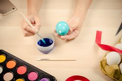 Lyckliga easter, kvinnor målar de easter äggen för ferie för easter dagfestival, easter begreppsbakgrunder med kopieringsutrymme Arkivbilder