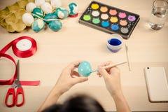 Lyckliga easter, kvinnor målar de easter äggen för ferie för easter dagfestival, easter begreppsbakgrunder med kopieringsutrymme Arkivbild