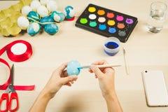 Lyckliga easter, kvinnor målar de easter äggen för ferie för easter dagfestival, easter begreppsbakgrunder med kopieringsutrymme Royaltyfria Foton