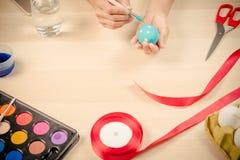 Lyckliga easter, kvinnor målar de easter äggen för ferie för easter dagfestival, easter begreppsbakgrunder med kopieringsutrymme Arkivfoton