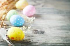 lyckliga easter Lyckönsknings- easter bakgrund easter äggblommor Arkivbild