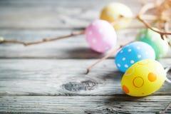 lyckliga easter Lyckönsknings- easter bakgrund easter äggblommor Arkivfoton