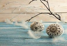 lyckliga easter Målade klottereaster ägg på blå bakgrund Royaltyfria Foton